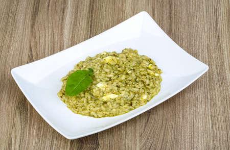 Risotto met pesto, notenslablad en zachte kaas Stockfoto