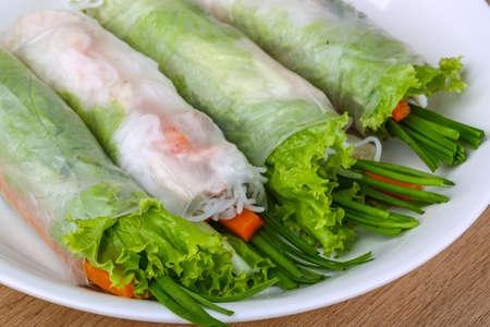 comida gourmet: Rollitos de primavera tradicionales asiáticos en el fondo de madera