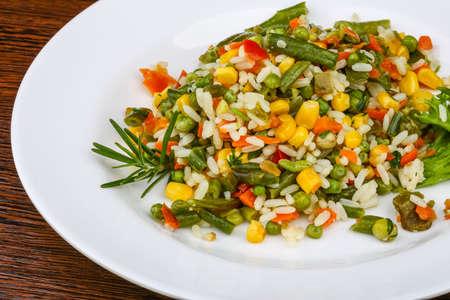 arroz blanco: Arroz a la mexicana con verduras y ensalada de hojas Foto de archivo