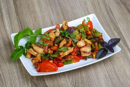야채, 허브와 향신료 튀긴 닭고기 볶음