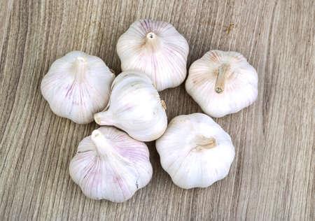 ajo: Mont�n de ajo madura fresca en el fondo de madera