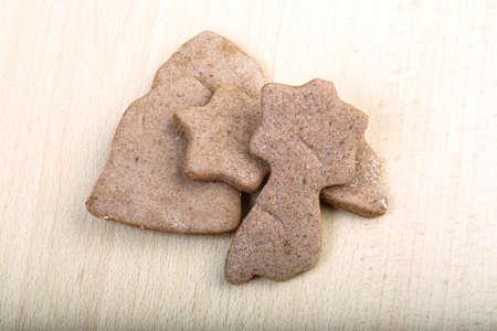 galletas de jengibre: Galletas del jengibre tradicionales en el fondo de madera Foto de archivo