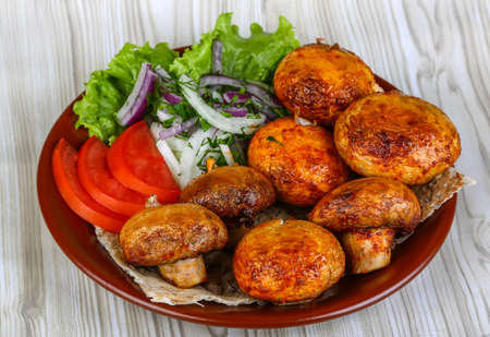leaved: Grilled champignons with herbs, spices - served onion rings, tomato and salad leaved