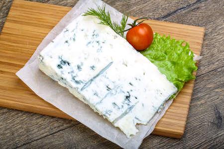 木材の背景にサラダの葉、トマトのゴルゴンゾーラ チーズ 写真素材