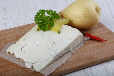 洋梨とウッドの背景にパセリのゴルゴンゾーラ チーズ