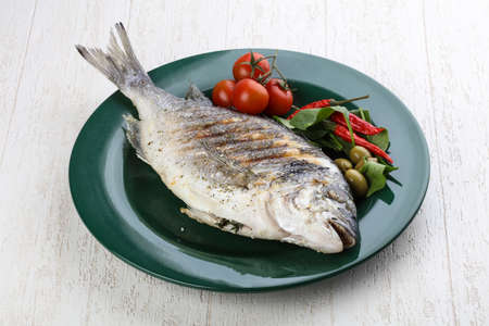 the dorada: Grilled dorado with salad leaves and tomato