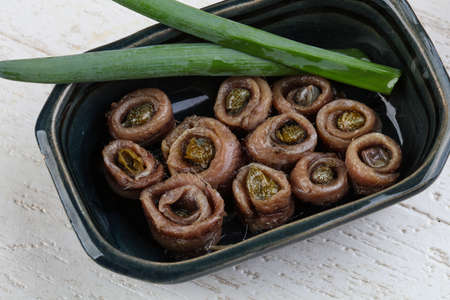 alcaparras: Anchoas con alcaparras en aceite - listo para comer