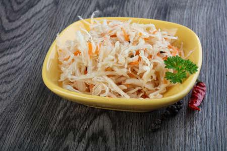Gefermenteerde kool zuurkool met wortel en peper