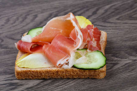 prosciutto: Prosciutto sandwich with cucumber and salad leaves
