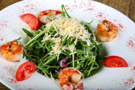 Salad with prawn, tomato and rucola