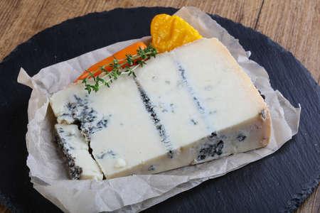 基板上のゴルゴンゾーラ チーズ提供タイム ブランチ 写真素材