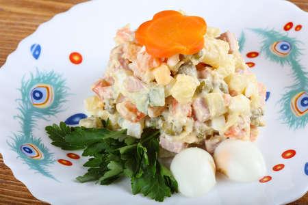 ensalada rusa: Ensalada rusa famosa con el perejil y los huevos