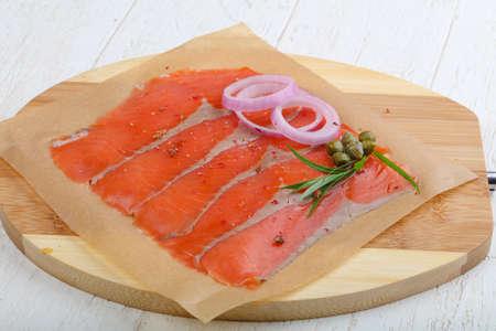 alcaparras: En lonchas de salm�n con sal con cebolla, alcaparras y terragon