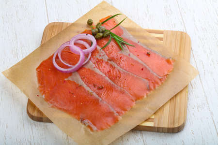 alcaparras: Salted Sliced salmon with onion, terragon and capers