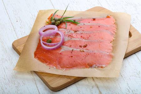 alcaparras: En lonchas de salmón con sal con cebolla, alcaparras y terragon