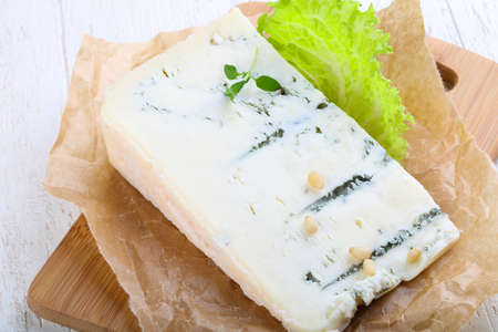 gorgonzola: Gorgonzola cheese with salad leaves and thyme branch