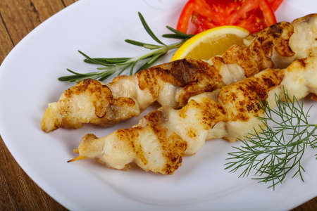 white perch: Fish skewer with dill, tomato and lemon