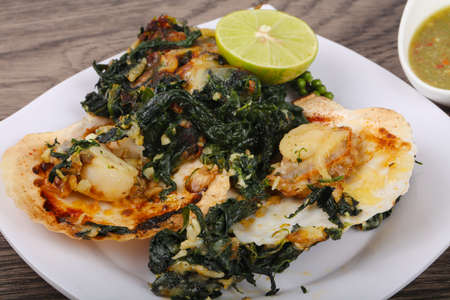 Baked scallops with spinach, lime and cheese