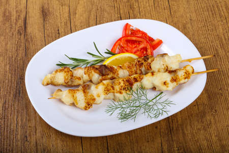 Fish skewer with dill, tomato and lemon