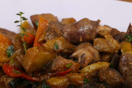 higado de pollo: Chicken hearts with vegetables - eggplant, tomato and pepper Foto de archivo