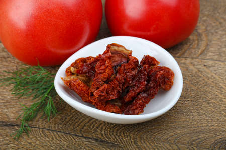 legumbres secas: Dry tomato in the bowl with dill and pepper