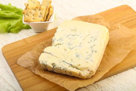 木製の背景上葉のサラダ ゴルゴンゾーラ チーズのスライス