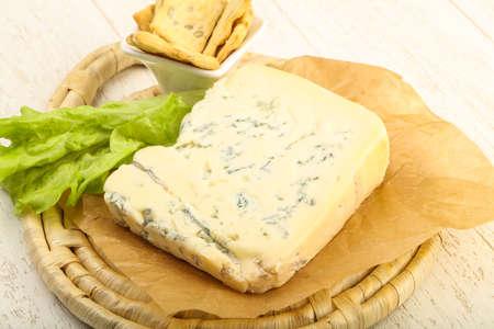 木製の背景上葉のサラダ ゴルゴンゾーラ チーズのスライス 写真素材 - 81502742