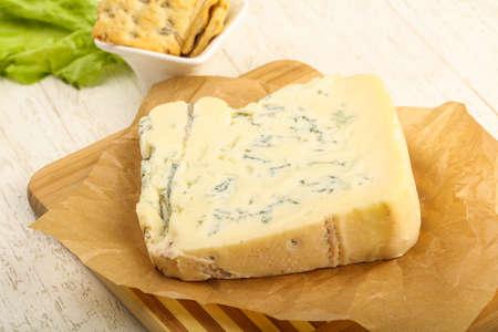 木製の背景上葉のサラダ ゴルゴンゾーラ チーズのスライス 写真素材 - 81459174