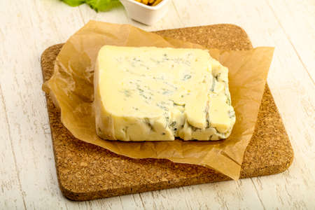 木製テーブルの上葉のサラダ ゴルゴンゾーラ チーズのスライス