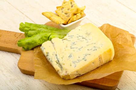 木製の背景上葉のサラダ ゴルゴンゾーラ チーズのスライス 写真素材 - 83866746