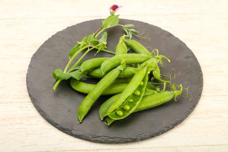 pea pod: Ripe green peas with leaves