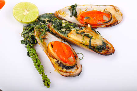 Baked mussels with spinach, lime and cheese