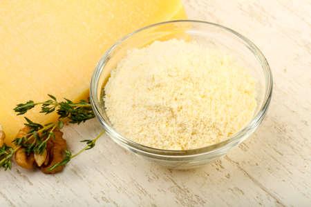 Mucchio di formaggio grattato di parmigiano con noci e timo