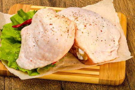 Coscia di pollo crudo con spezie pronte per la cottura