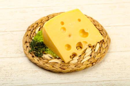 Pezzo di formaggio sopra il piatto di legno Archivio Fotografico