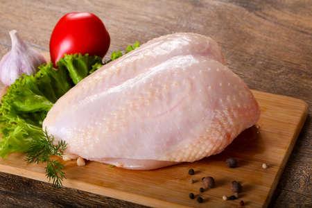 Rohe Hühnerbrust mit Haut