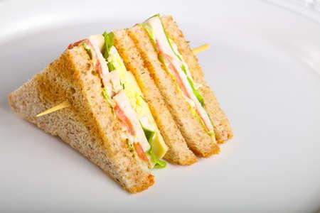 Clubsandwich met vlees, kaas en groenten