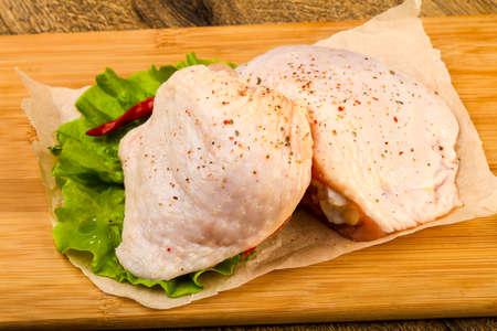 Coscia di pollo cruda con spezie pronte per la cottura