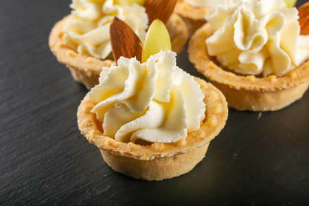 Tartlet with cream, grape and almond for catering Foto de archivo