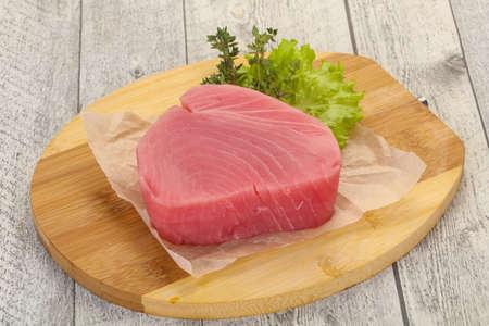 Filete de atún crudo listo para cocinar Foto de archivo