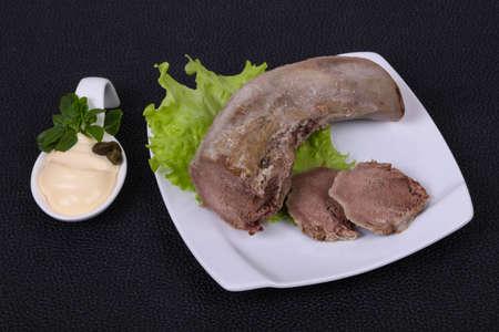 Aperitivo de bocadillo de lengua de cerdo gurmet Foto de archivo