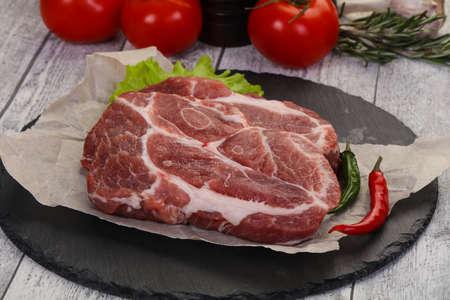 Rohes Schweinenackensteak bereit zum Kochen