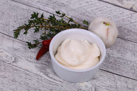 Mayonnaise sauce in the white bowl served thyme, red pepper and garlic Imagens - 121929751