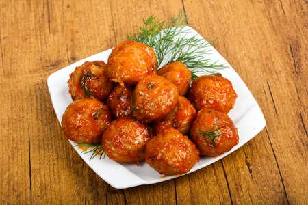 Fleischbällchen in Tomatensauce serviert Dill Standard-Bild