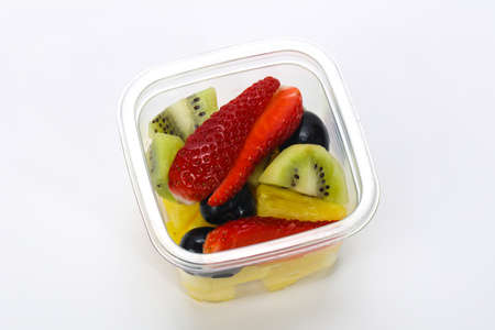 Sliced tropical fruit mix snack in the box Banque d'images - 124907788