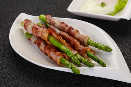 Asparagus with bacon and poached egg Фото со стока