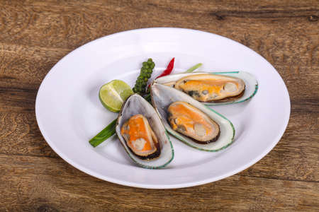 Half mussels with lime and green pepper Фото со стока