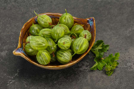 Fresh ripe green sweet gooseberry with leaf Imagens