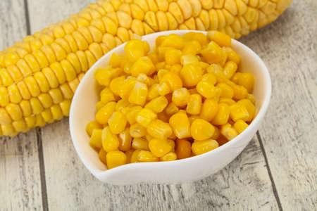Semi di mais dolce giovane nella ciotola
