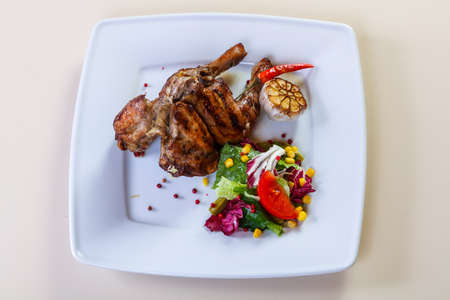 Grilled chicken legs with salad mix Banque d'images